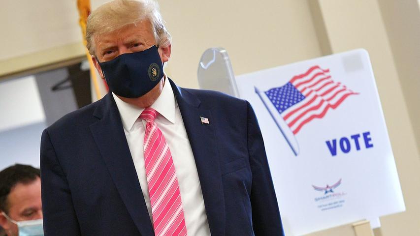 Lange hat Trump Maskenträger verspottet, inzwischen zeigt er sich selbst damit. So auch, als er schon am 24. Oktober seine Stimme abgibt für die Wahl am 3. November.