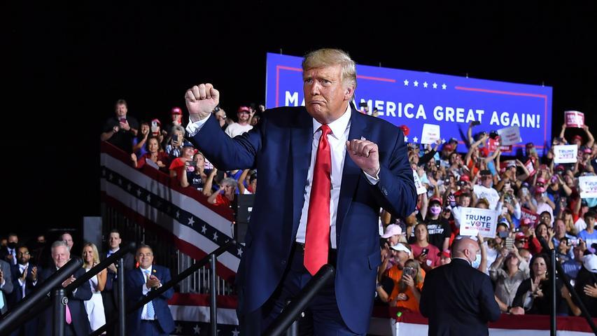 Am Ende einer Wahlkampfkundgebung am 23. Oktober 2020 tanzt der Präsident. Immer wieder wehren sich Musiker und Bands juristisch gegen die Verwendung ihrer Lieder bei Veranstaltungen und in Werbespots von Trump.
