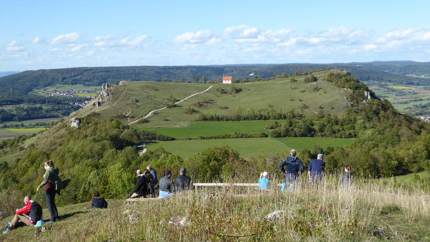 Die Fränkische Schweiz lockt viele Wanderer an diesen schönen Herbsttagen an. NN-Leser Norbert Haselbauer hat den Blick auf das Walberla am Sonntag am Rodenstein eingefangen. Er schreibt: