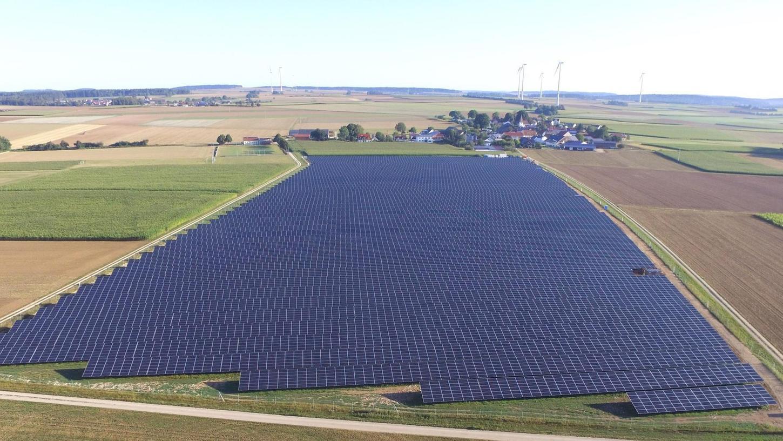 Nach Jahren der Flaute entstehen seit einiger Zeit wieder vermehrt Solarparks. Das Bild hier stammt aus der Nähe von Berching. Dort hat E.ON investiert.