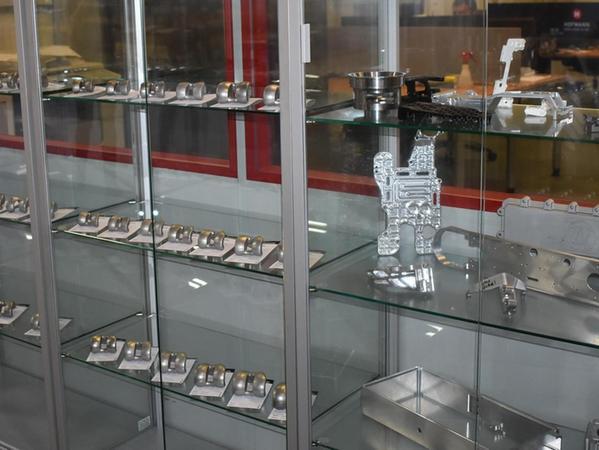 Bei Knieimplantationen sind diese Chirurgenwerkzeuge notwendig, die die Firma Hofmann CNC in Haidhof in Präzisionsarbeit fertigt.