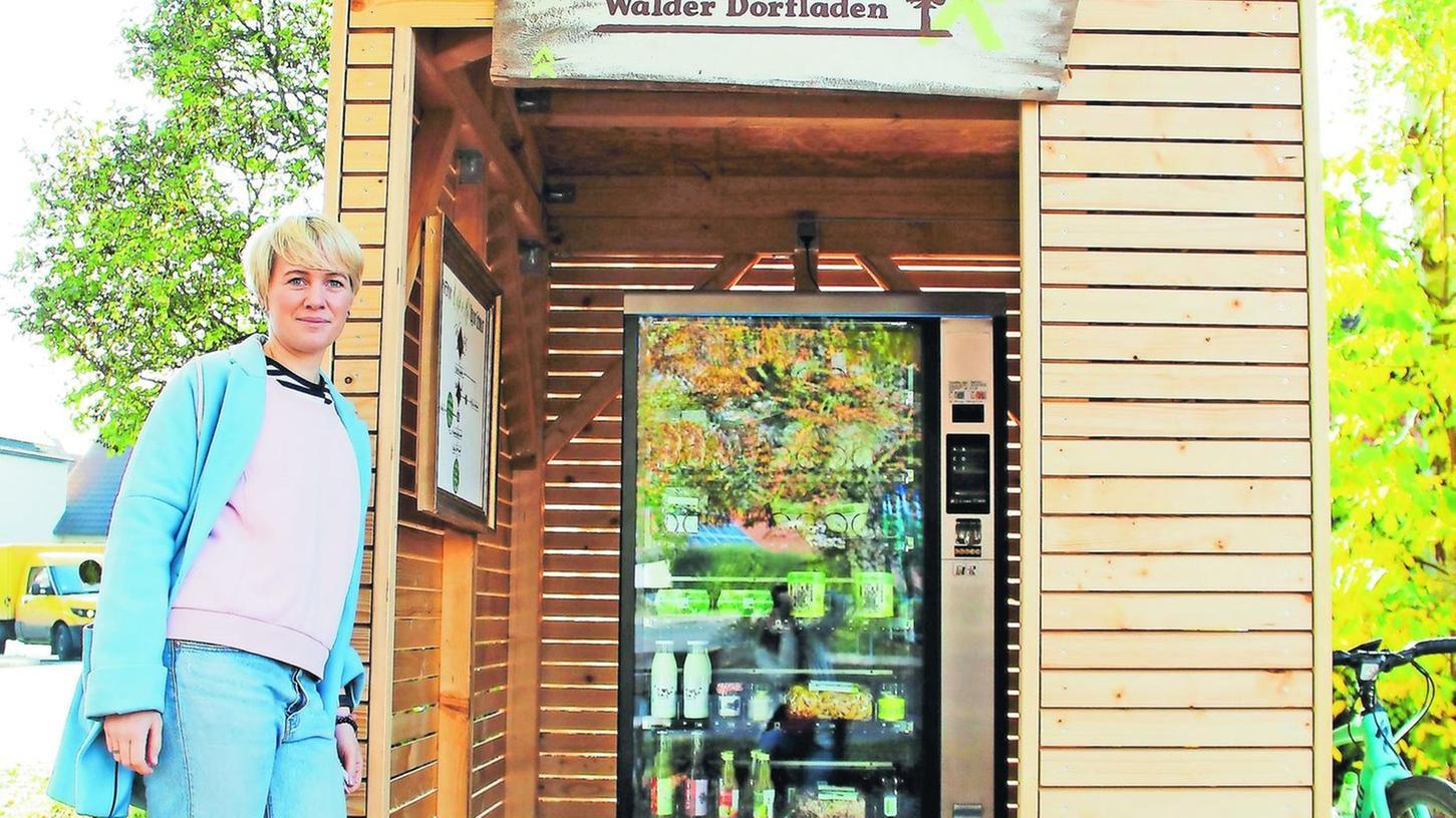 Stefanie Schwarz kümmert sich um den Wald-O-Mat. Bezahlen kann man mit Münzen ab zehn Cent sowie Fünf- und Zehn-Euro-Scheinen.
