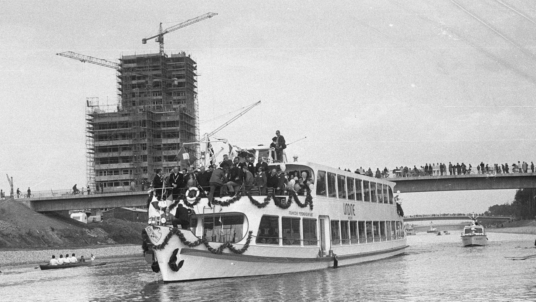 """Mit Politprominenz und 180 Schulkindern an Bord befuhren drei Fahrgastschiffe, allen voran """"Undine"""", am 30. Oktober 1970 erstmals den neuen Streckenabschnitt Hausen-Erlangen-Frauenaurach."""