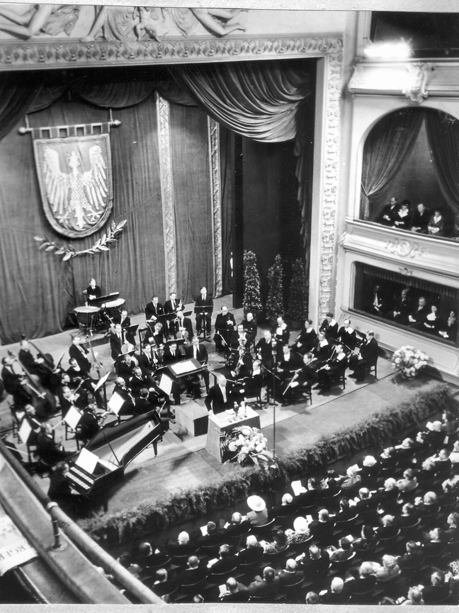 Die Nachkriegszeit war noch voller Entbehrungen, die Feierlichkeiten entsprechend bescheiden: 1950 wurde das 900-Jahr-Jubiläum der Stadt Nürnberg mit einer Festwoche im Opernhaus gefeiert.