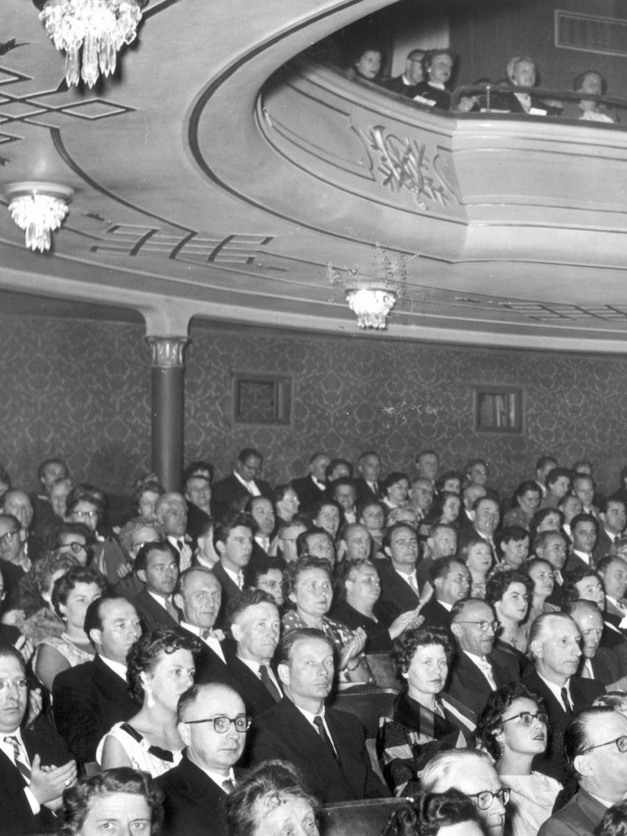 1955 wurde das 50-jährige Jubiläum des Operhauses gefeiert. Das Publikum schaut überwiegend dem Ernst des Ereignisses angemessen.