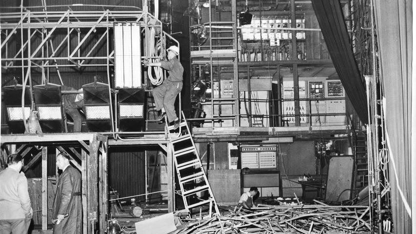 In den 1960er Jahren wurde das Opernhaus gründlich renoviert. So wurden auf der Bühne die Stromleitungen erneuert.