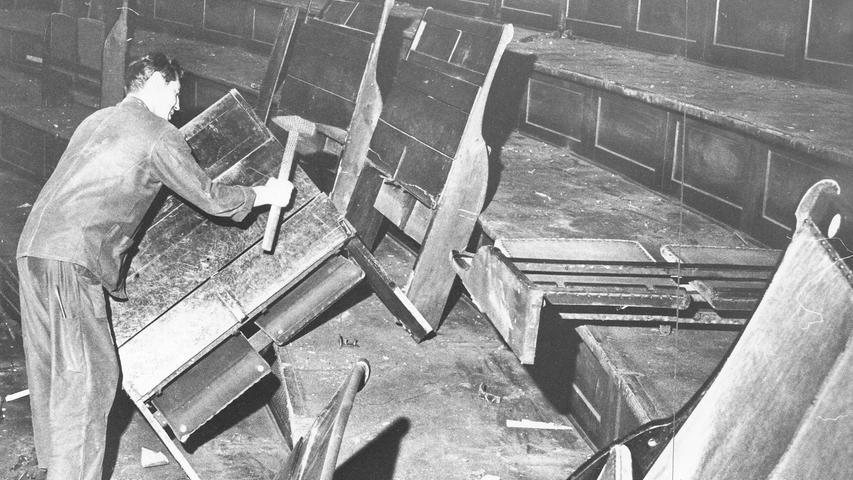 Bei der Renovierung in den 1960er Jahren sollte es auch das Publikum bequemer haben. Deshalb wurde die Bestuhlung erneuert.