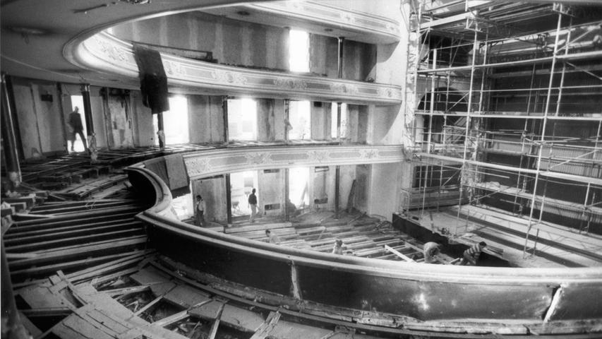 In den 1990er Jahren fanden im Opernhaus die bislang letzten größeren Sanierungsarbeiten statt: Unter anderem wurde im Zuschauerraum eine neue Lüftungsanlage eingebaut.