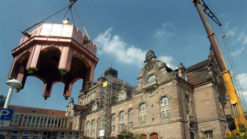 Erst 1999 wurde am Opernhaus der letzte Schaden des Zweiten Weltkriegs behoben: Der Nachbau der sogenannten