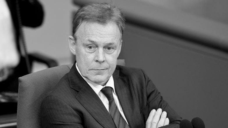 Bundestagsvizepräsident Thomas Oppermann (SPD) brach bei TV-Arbeiten für das ZDF zusammen und starb daraufhin völlig überraschend. Oppermannwar von 2013 bis 2017 Vorsitzender der SPD-Bundestagsfraktion und setzte sich zuletzt besonders für eine Verkleinerung des Bundestags und eine Reform des Wahlrechts ein.