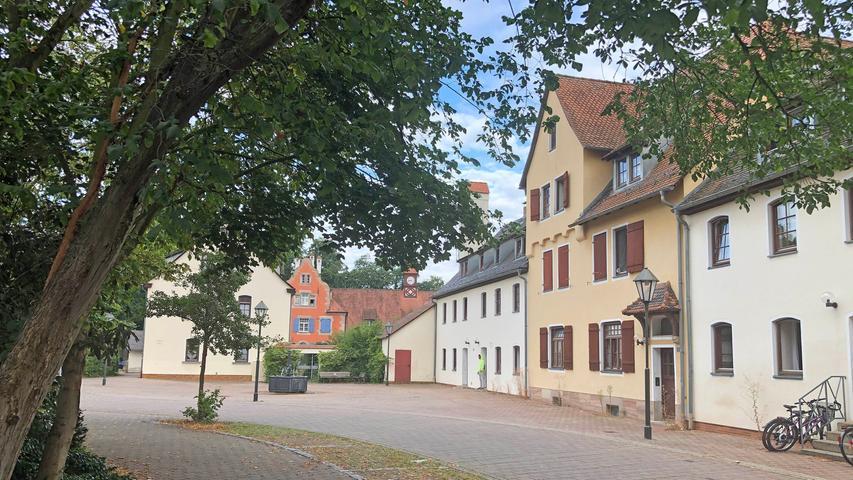 Der Mecklenburger Platz gehört zu den schönsten in der Stadt Stein. Die Gebäude rundherum waren ehemalige Werkswohnungen für die Arbeiter des Bleistiftherstellers Faber-Castell.