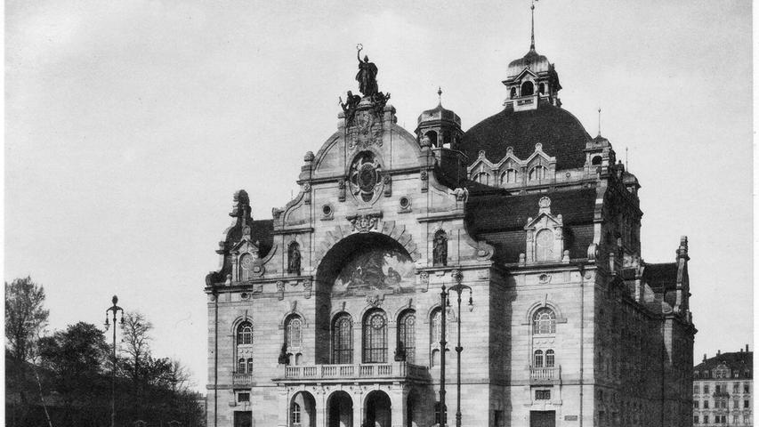 Das neue Nürnberger Opernhaus war ein beliebtes Motiv. Kurz vor dem Ausbruch des Ersten Weltkriegs hält sich der Verkehr vor dem Gebäude - zumindest auf diesem Foto - noch in Grenzen.