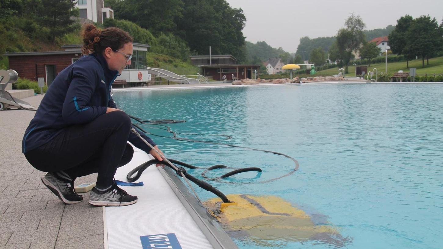 Mitarbeiterin Rebecca Pavlic reinigt das Becken im Veitsbad mit einem Bodensauger. Im Juni wurden die Vorbereitungen auf die Corona-Saison 2020 getroffen, die besser verlief als gedacht.