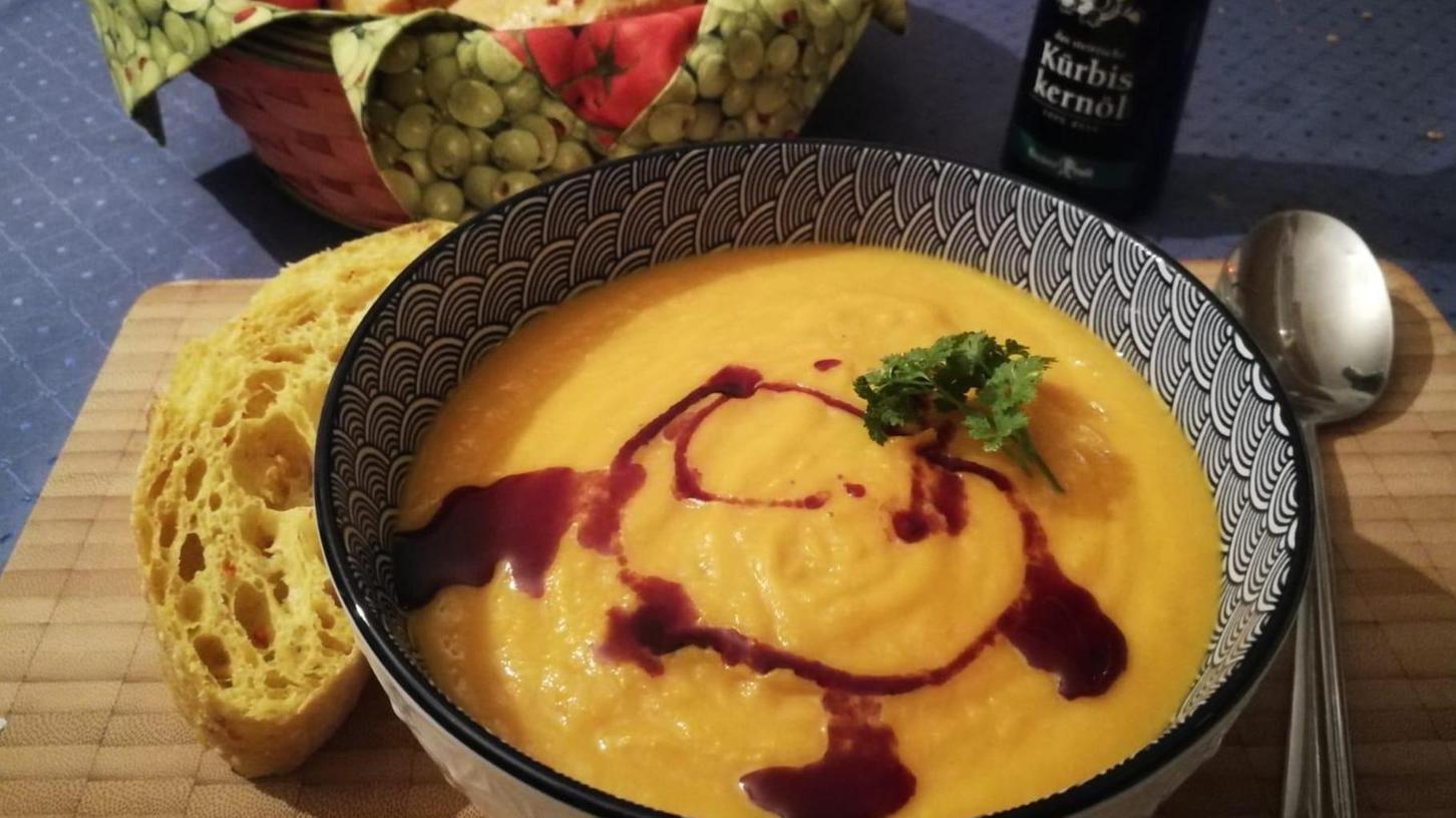Sehr lecker schmeckt die Kürbissuppe garniert mit etwas Kürbiskernöl und einem Klacks Sahne.