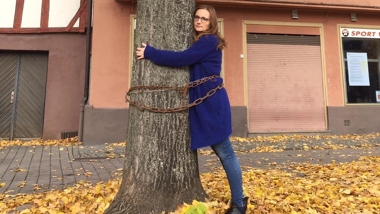 Lisa Badum (FGL), angekettet an der Linde im Nordwesten des Paradeplatzes.