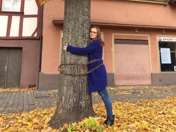 Die Forchheimer Bundestagsabgeordnete Lisa Badum (B90/Grüne) hatte sich an eine Linde gekettet, um gegen die Fällung zu protestieren.
