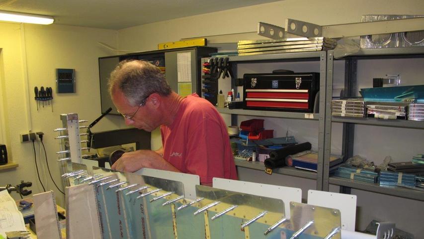 Hier arbeitet Rainer Stark aus Gunzenhausen gerade an einer Höheleitwerksflosse.