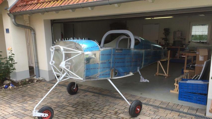 Normalerweise parkt in der Garage das Familienauto, doch als die ersten Flugzeugteile geliefert wurden, funktionierte Rainer Stark zu seiner Werkstatt um.
