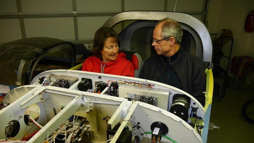Erstes Probesitzen: Rainer und Heike Stark im künftigen Cockpit der RV-7RS, wie das mittlerweile fertige Flugzeug offiziell heißt.