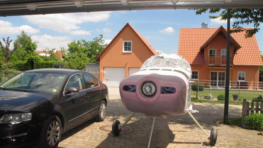 Wer darf jetzt in die Garage? In den vergangenen sieben Jahren hatte das Flugzeug die Nase vorn, mittlerweile ist die Werkstatt wieder fürs Auto freigegeben.