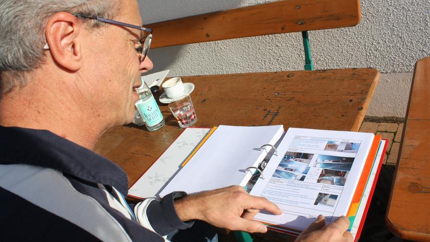 Jeden einzelnen Handgriff musste Rainer Stark während der Bauzeit in einem Bautagebuch mit Text und Bild dokumentieren. Ein Prüfer überzeugte sich regelmäßig davon, dass es auch richtig geführt wurde.