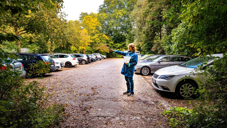 Der Parkplatz an der Flussstraße. Die Stadt will hier zwölf Parkplätze streichen und einen Spielplatz anlegen. Anwohner wollen die Parkplätze erhalten.