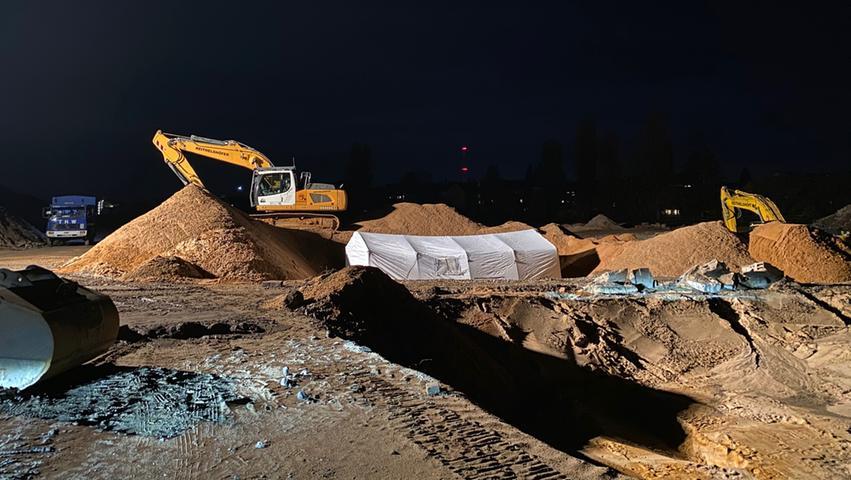 Die Fundstelle wurde in der Nacht von der Polizei abgesperrt und ausgeleuchtet.