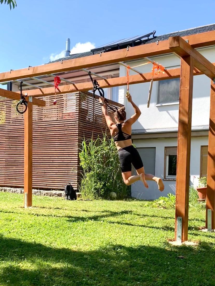 Während des Corona-Lockdowns hielt sie sich unter anderem mit Hangeln im heimischen Garten fit.