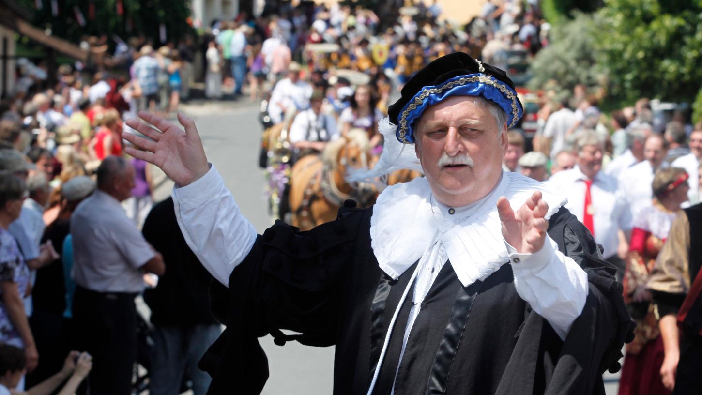 So viele Menschen wie hier bei der 1100-Feier (im Vordergrund der damalige Landrat Eberhard Irlinger) können in Lonnerstadt elf Jahre später wohl wegen Corona nicht zusammenkommen. Die Planungen berücksichtigen das.