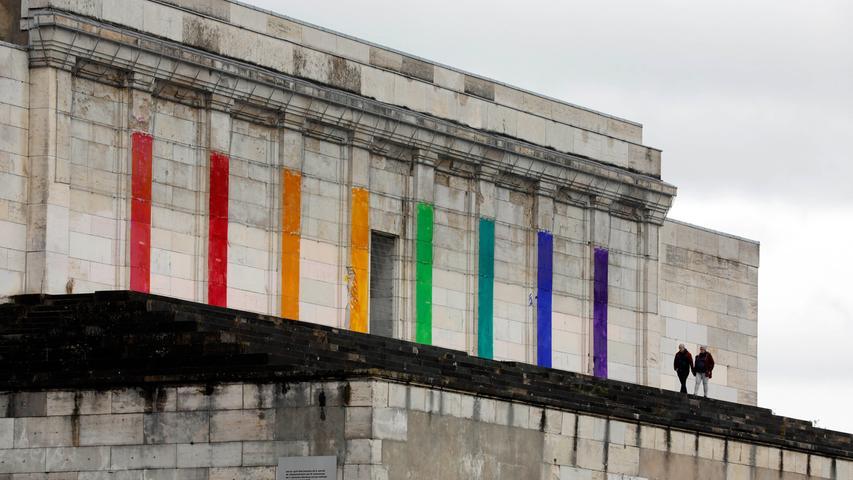 Regenbogen über Nacht: Kunstaktion an der Steintribüne
