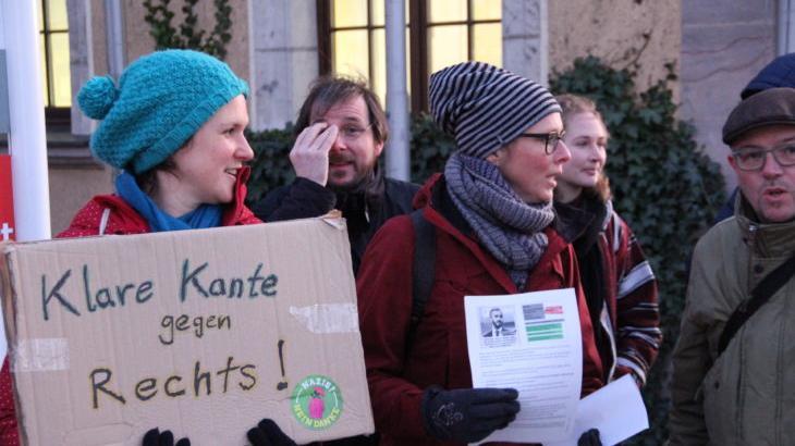 Im Februar 2020 demonstriert eine Gruppe Schwarzenbrucker Bürger vor dem Rathaus, darunter auch Michaela Stolba und Petra Winterstein (von links), die inzwischen für die Grünen im Gemeinderat agieren.