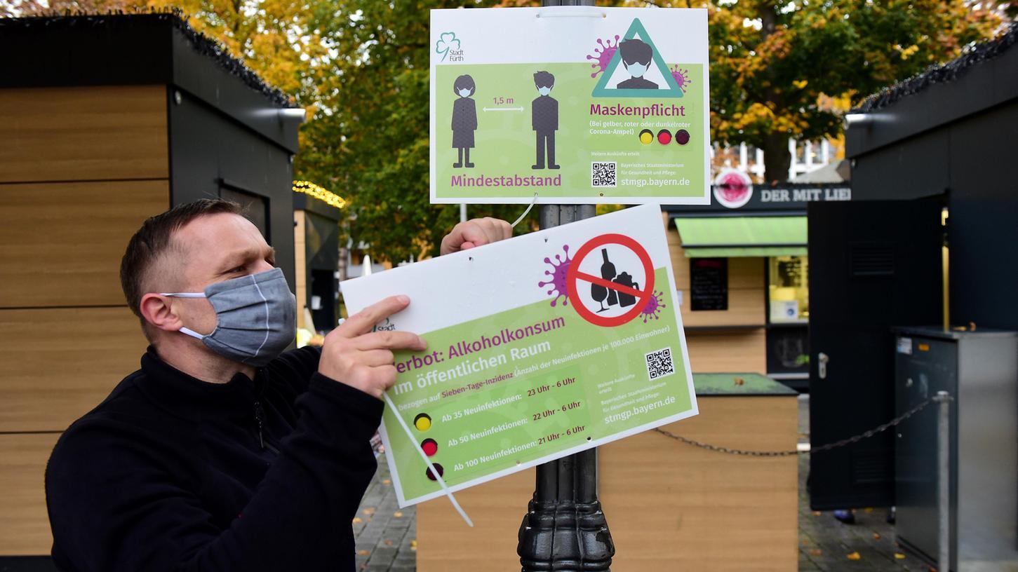 Am Montag wurden in Fürth Schilder montiert, mit denen die Stadt auf die aktuellen Regelungen zum Maskentragen und zum Alkoholverbot hinweist.
