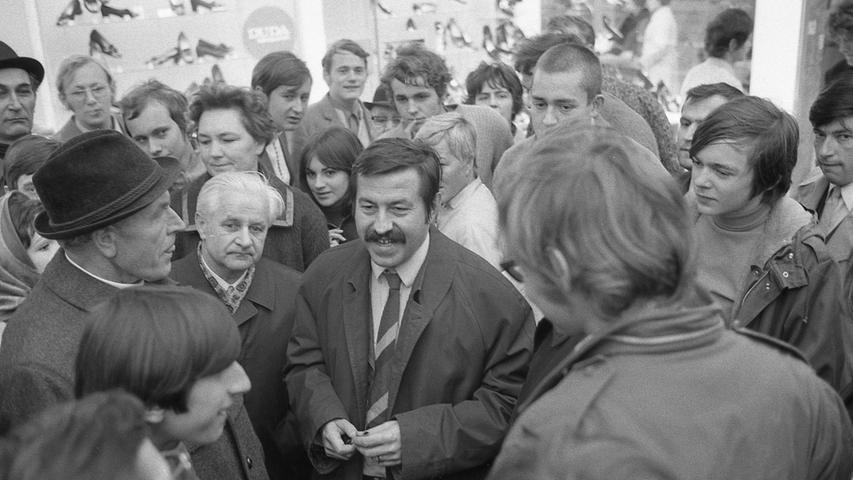 An der Lorenzkirche diskutierte Günter Grass (mit Schnurrbart) mit Passanten. Hier geht es zum Artikel vom3. November 1970: