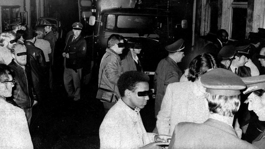 """Auf Jagd nach """"Kiffern"""": bei der Razzia überprüfte die Polizei 120 Personen und nahm 22 fest. Hier geht es zum Kalenderblatt vom4. November 1970: Nächtliche Razzia gegen"""