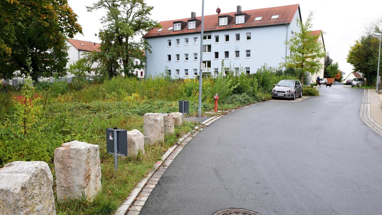 Ein Gebäude mit Satteldach könnte auf das städtische Grundstück (links) kommen, dazu wird es eine entsprechende Bauvoranfrage geben.