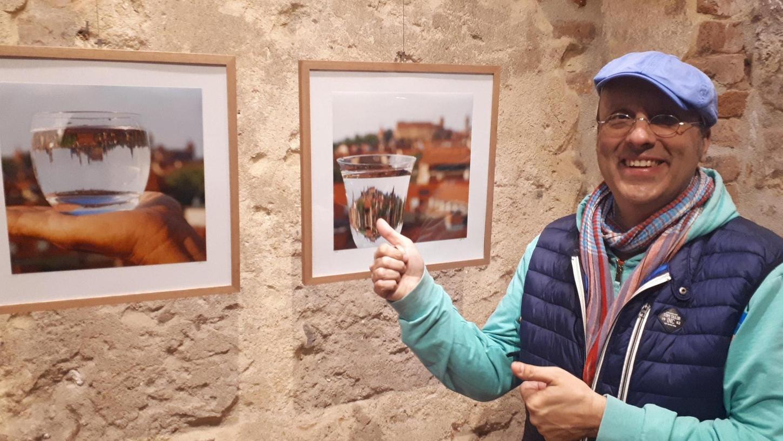 Theo Noll mit zwei effektvoll-experimentellen Altstadtmotiven in der Ausstellung.