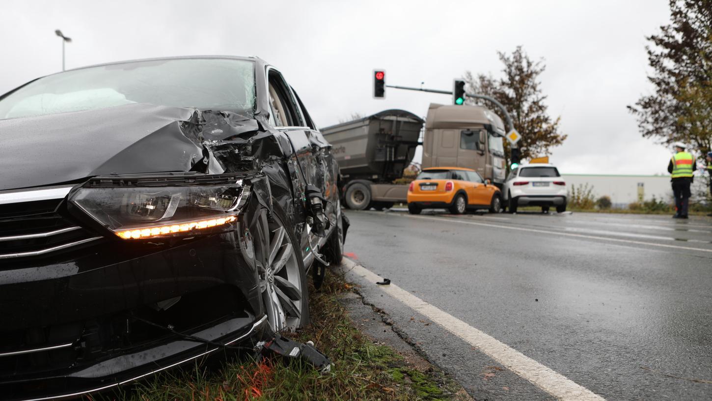 Insgesamt vier Fahrzeuge kollidierten gegen 9.30 Uhr in einem Kreuzungsbereich zwischen Oberferrieden und Postbauer-Heng, die Straße musste daraufhin gesperrt werden.