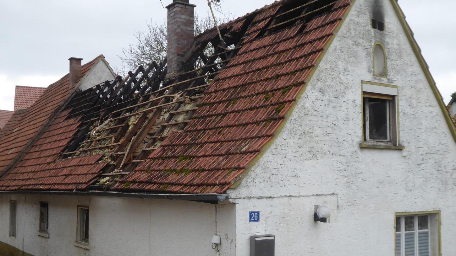 Der ausgebrannte Dachstuhl des kleinen Hauses muss schnelle abgedichtet werden.