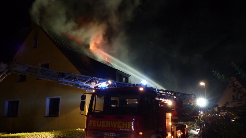 FOTO: Andreas Seegmüller; 30.10.2020; AB MOTIV: Symbolbilder Freiwillige Feuerwehr Gunzenhausen Drehleitereinsatz bei einem Dachstuhlbrand