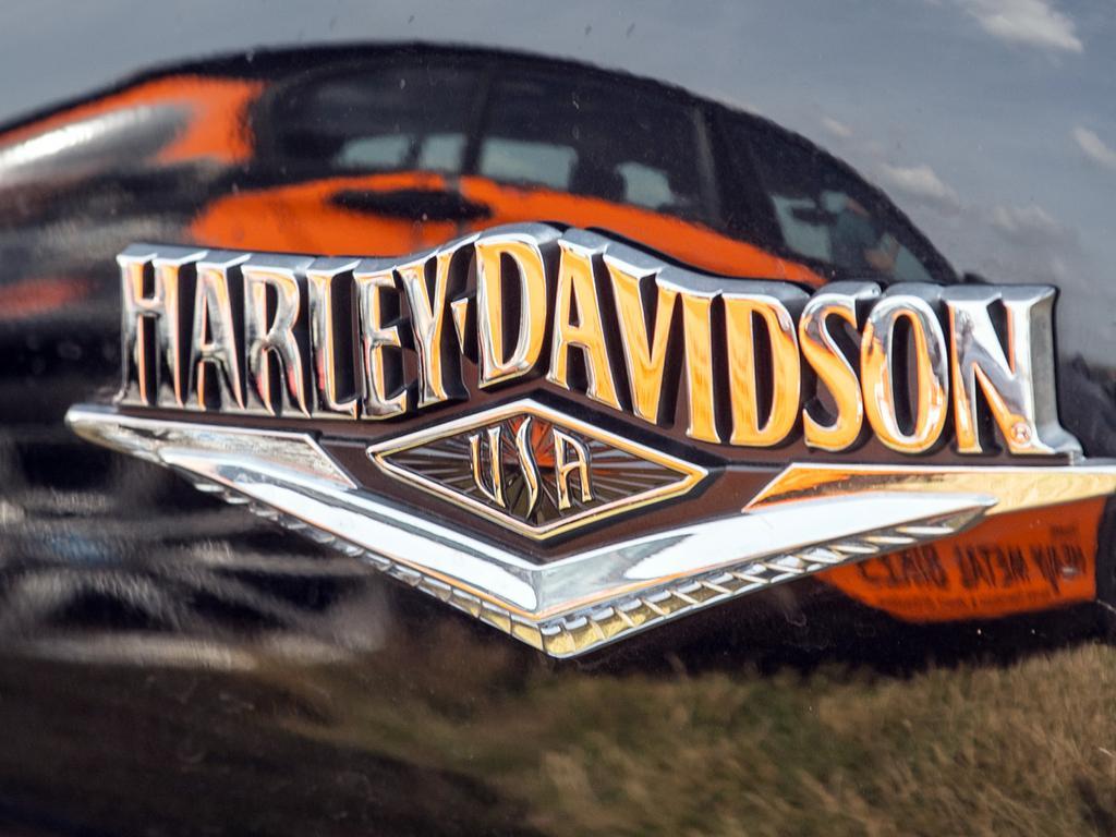 ARCHIV - 22.07.2019, Sachsen, Dresden: Der Schriftzug «Harley-Davidson» steht bei einem Presse- und Fototermin zu den Harley Days Dresden 2019 auf dem Festivalgelände in der Flutrinne auf einem Motorrad. (zu dpa «US-Motorrad-Ikone Harley-Davidson mit Gewinnsprung») Foto: Robert Michael/dpa-Zentralbild/dpa +++ dpa-Bildfunk +++