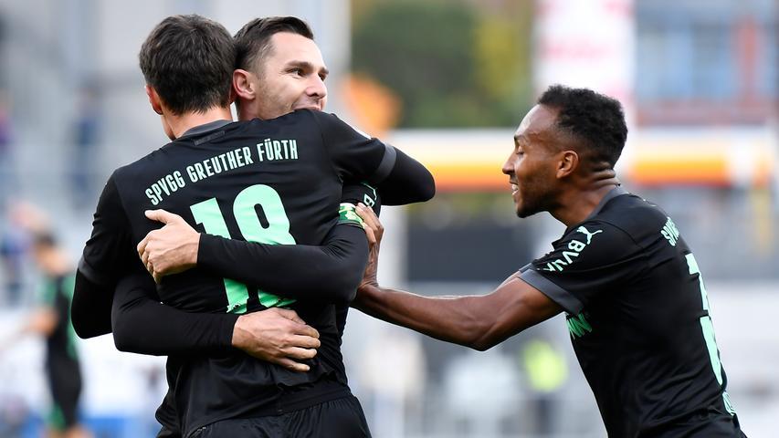 Der erste Saisonsieg war auch gleich der Auftakt in eine Super-Serie: Mit 3:1 gewinnt die Spielvereinigung bei Holstein Kiel, hier jubeln Marco Meyerhöfer, Branimir Hrgota und Julian Green (von links). Es war der erste von fünf Dreiern in Folge.