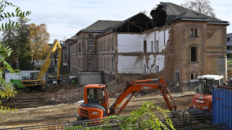 Die Abrissarbeiten am Westflügel der ehemaligen Heil- und Pflegeanstalt, die zu einem großen Teil für Forschungsgebäude weichen muss, gehen weiter.