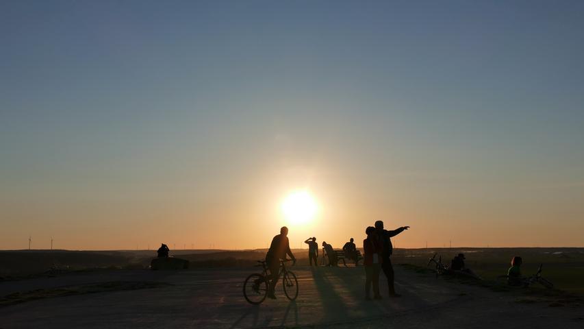 Nicht nur bei Sonnenuntergang ein beliebter Aussichtspunkt: der Solarberg, der an Stelle der früheren Mülldeponie bei Atzenhof entstanden ist.