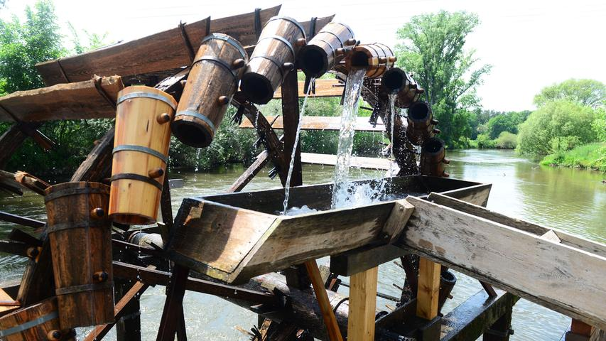 Das historische Wasserad im Wiesengrund bei Stadeln. Alljährlich wird es aus Anlass des Wasserradfests aufgebaut.