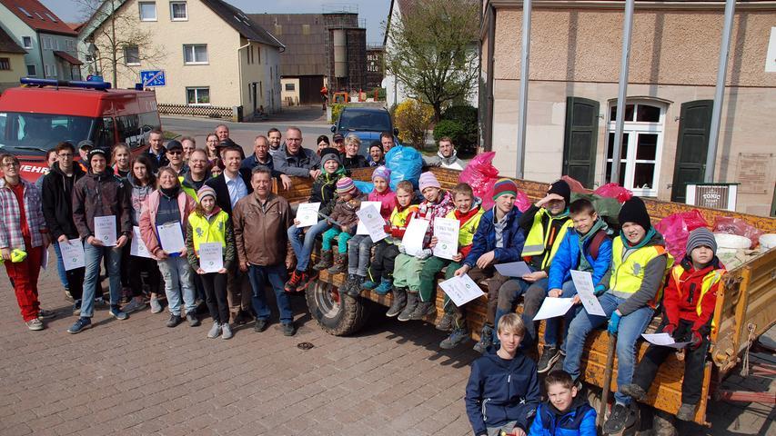 Freiwillige aus Tuchenbach helfen beim Saubermachen in der Ortschaft