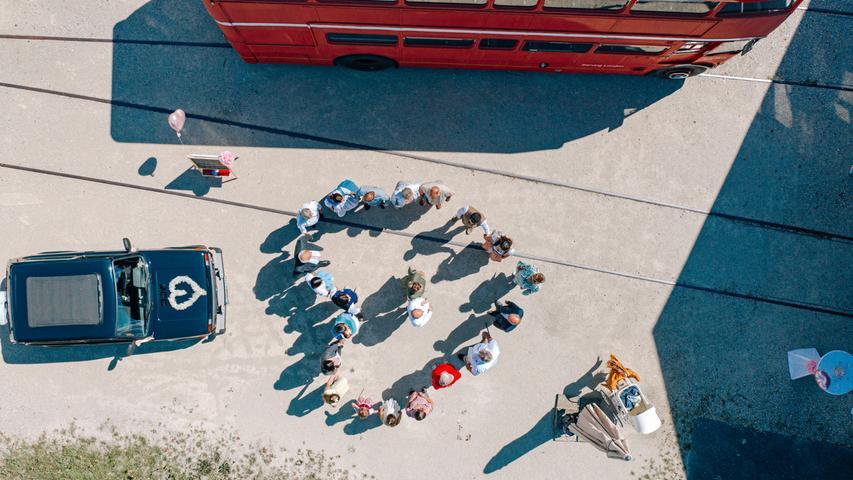 Ein Herzbild aus der Luft: Regina und Thomas aus Eckental haben sich in Forchheim das Ja-Wort gegeben und im Kreise ihrer Liebsten ihre Hochzeit gefeiert.