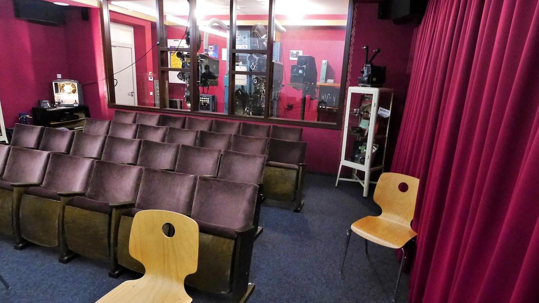 Platz für knapp 30 Besucher bietet das Kino-Museum Rednitzhembach. Es wurde vor genau zehn Jahren in der Schule eingerichtet. Die funktionsfähigen Projektoren aus dem Jahr 1938 stammen aus dem Nachlass eines filmbegeisterten Rednitzhembachers, die Original-Kinosessel standen früher im Schwabacher Luna-Filmtheater.