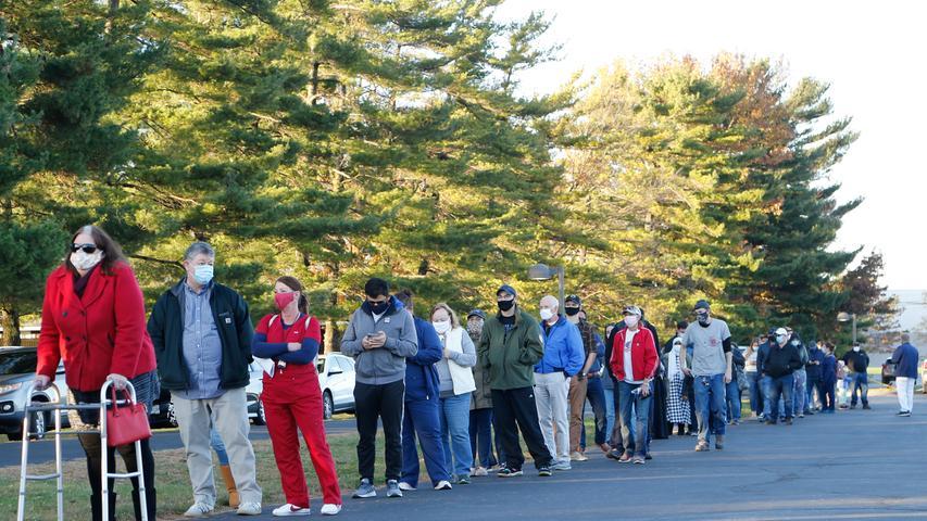 03.11.2020, USA, Columbus: Wählerinnen und Wähler warten vor einem Wahllokal, um ihre Stimme abzugeben. Foto: Jay Laprete/AP/dpa +++ dpa-Bildfunk +++