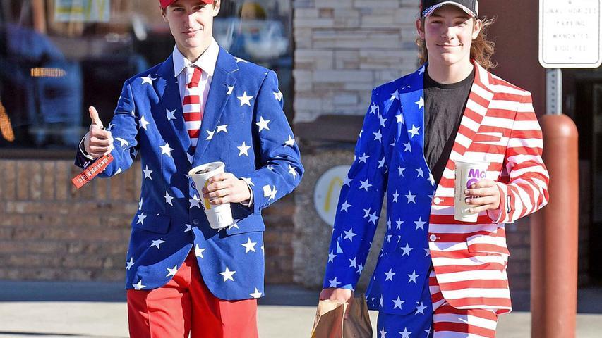 03.11.2020, USA, Bismarck: Tony Nagel (l) und Alexander Wardner tragen Anzüge im Stil der US-amerikanischen Flagge, während sie am Wahltag ein Restaurant verlassen. Foto: Tom Stromme/The Bismarck Tribune/AP/dpa +++ dpa-Bildfunk +++