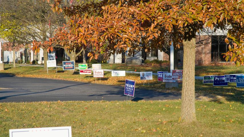 US-Wahl, Wahltag in Michigan SCIO TOWNSHIP, MI - NOVEMBER 03: Signs for electoral candidates line the driveway leading to the polls during voting at the polls for the 2020 Presidential Election in Scio Township, MI, west of Ann Arbor, MI. Photo by Steven King/Icon Sportswire 406450